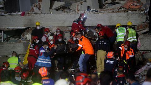 El equipo de rescate evacúa a una víctima en un edificio de Esmirna