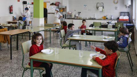Los alumnos de primaria del Curros Enríquez comen separados a metro y medio de distancia