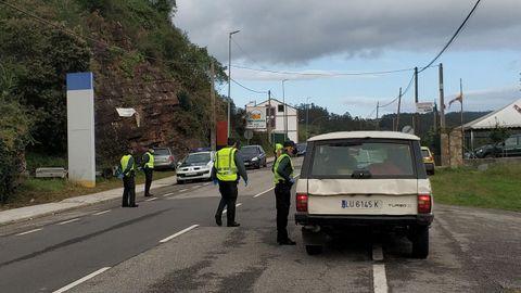 Un control de movilidad de la Guardia Civil en las inmediaciones de Porto, en la entrada a Vegadeo