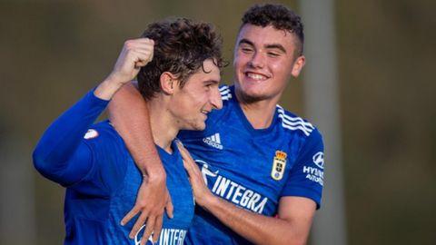 Javi Cueto y Álex Cardero celebran el primer gol del Vetusta ante el Marino