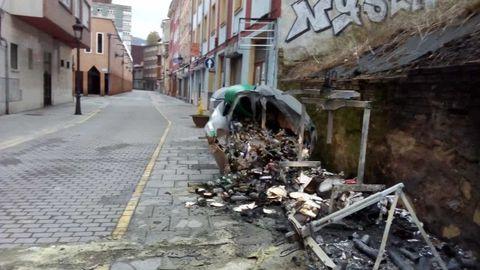 Contenedor quemado durante la noche en Sama