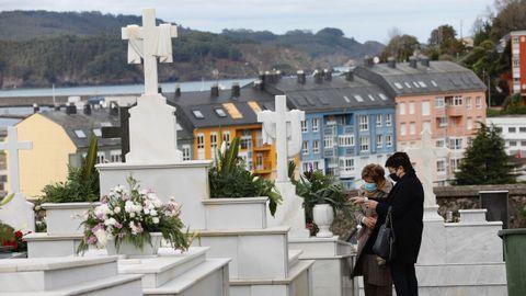 En el cementerio de Altamira de Viveiro, en imagen, se contaban este domingo a mediodía con los dedos de la mano las personas que había en cada fila