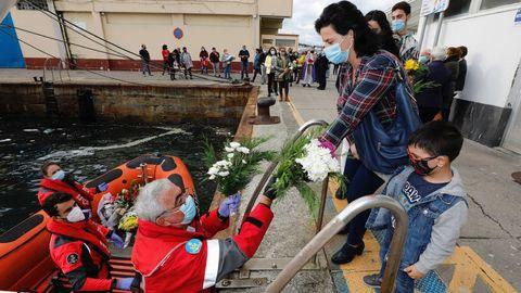 Cruz Roja y la lancha de salvamento marítimo Saturno organizaron el emotivo acto, que arrancó en el entorno de la Cofradía de Pescadores