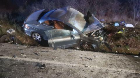 Los dos coches quedaron destrozados por el choque frontal. En la foto, el del vecino de Ponferrada