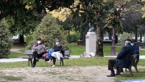 Transeúntes con mascarilla en el Parque dos Condes de Monforte