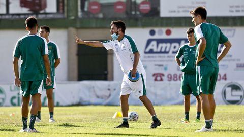 Míchel Alonso dirige a sus jugadores en un entrenamiento