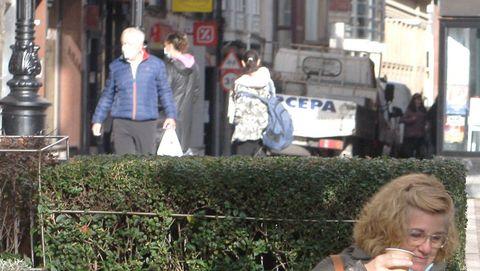 Dos mujeres toman café en una plaza de Gijón hoy miércoles. Bares, tiendas de ropa, agencias de viaje o inmobiliarias son algunos de los múltiples negocios considerados no esenciales obligados a echar el cierre en Asturias desde este miércoles y durante quince días para tratar de frenar la alta incidencia de la segunda ola de la pandemia de la COVID-19