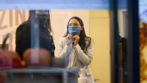 Alexandria Ocasio-Cortez, este martes, siguiendo el resultado de las elecciones en su oficina en el Bronx neoyorquino