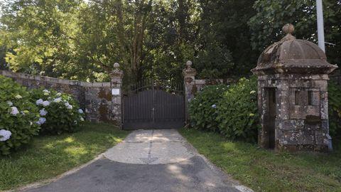 Imagen de la puerta de acceso al pazo de Meirás
