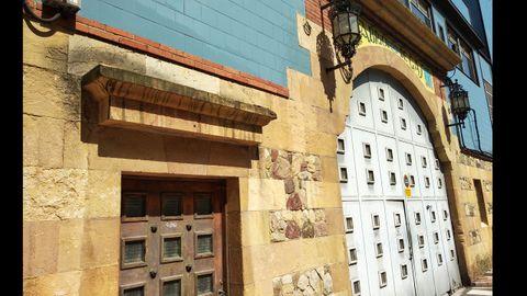 Entrada de la Fábrica de Gas de Oviedo en la calle Paraíso. Expertos urbanistas y grupos políticos reclaman la recuperación y puesta en valor de las instalaciones