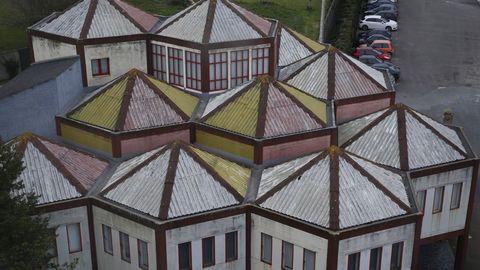 El edificio que alberga el Museo Carlos Maside forma parte de las instalaciones de O Castro, en Sada, y es un proyecto del arquitecto Andrés Fernández Albalat