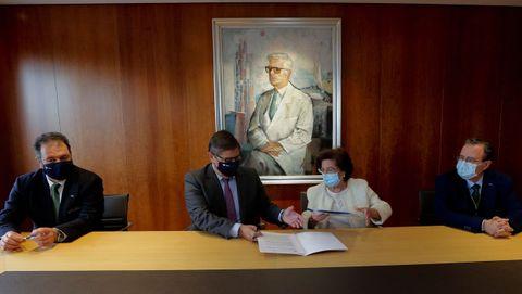 Momento de la firma del convenio para la Cátedra San Rafael con la UDC