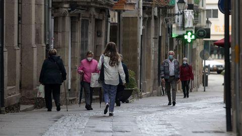 Transeúntes con mascarillas en la calle Comercio de Monforte