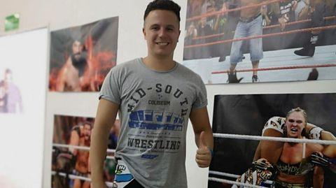 Atilano López Arias, joven de Sarria que trabaja en Varsovia en la multinacional MoneyGram International y que es practicante de Wrestling