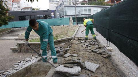 Obras realizadas en la plaza de Galicia de Chantada por uno de los talleres de empleo que han funcionado en este municipio