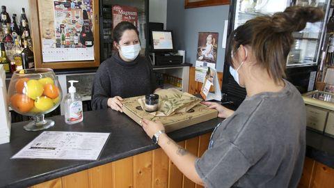 En el café-bar El Cruce, de Narón, se pueden hacer pedidos y recoger pizzas y raciones