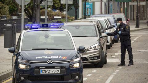 Un control de la Policía Nacional en el centro de Monforte el pasado mes de abril