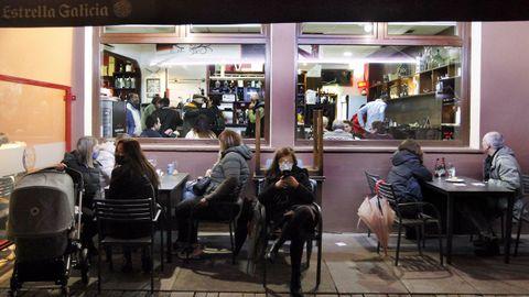Ambiente en un establecimiento de Vilagarcía una hora antes de echar el cierre