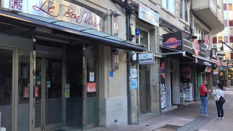 Otra fotografía que ilustra cómo desde la pasada medianoche, las cafeterías, bares y restaurantes de diez municipios de la provincia de Ourense están cerrados a cal y canto para sus clientes.