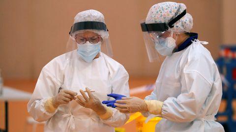 Varios sanitarios realizan test de coronavirus en Arriate, en Malaga