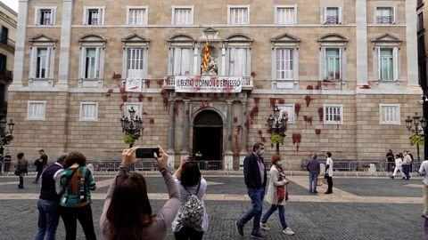La fachada de la Generalitat mostraba ayer este aspecto tras la acción de protesta de cuatro personas contra el cierre de la hostelería