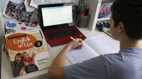 Un alumno gallego trabaja en su casa con un ordenador de la Xunta, dentro del programa E-Dixgal (libro digital)