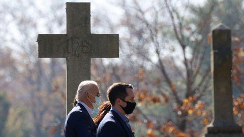 El presidente electo de Estados Unidos, Joe Biden, hoy con su familia en un acto religioso en Wilmington