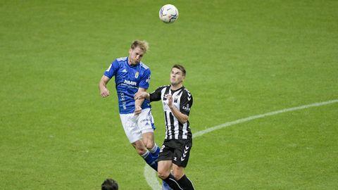 Carlos Hernández remata un balón durante el Oviedo-Castellón