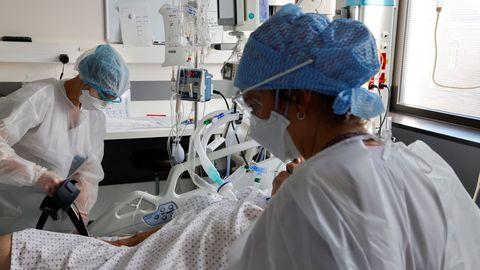 Dos enfermeras trabajan en la unidad de cuidados intensivos en un hospital de la localidad francesa de Roubaix.