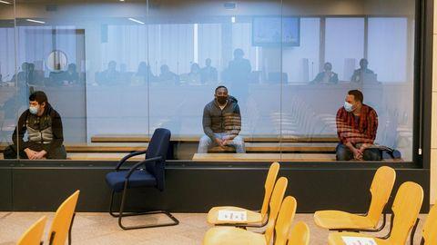 Mohamed Houli Chemial (izquierda) Driss Oukabir (centro) y Said Ben Iazza,  durante el juicio