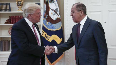 Donald Trump saluda al ministro de Exteriores ruso, Serguéi Lavrov, en el despacho oval en mayo del 2017