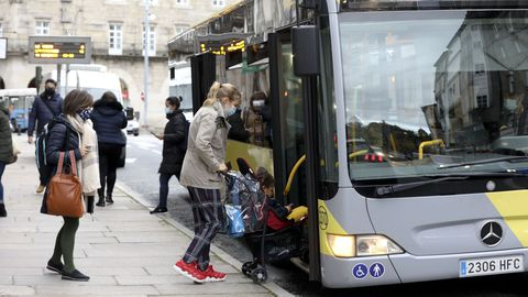 Usuarios del autobús urbano en Santiago