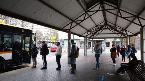 Usuarios haciendo cola para subir al autobús urbano en Pontevedra