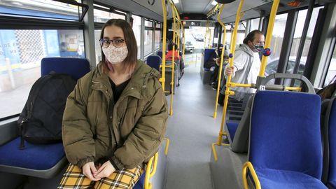 Usuarios del autobús urbano en Ferrol
