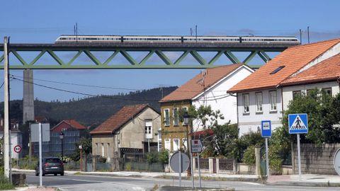 Un tren del eje atlántico circulando por el puente sobre el Ulla, en Catoira