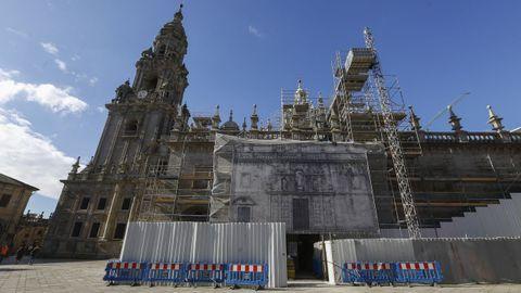 En el exterior de la Catedral se están realizando trabajos de restauración y limpieza en fachadas como la de la Quintana, donde está la Puerta Santa