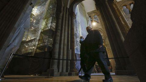 Andamios y protecciones transforman el aspecto habitual del interior de la basílica compostelana