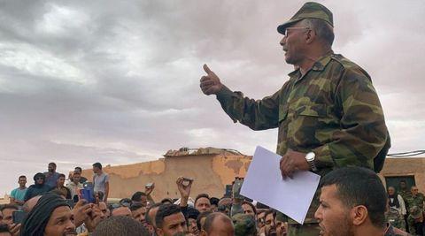 Un dirigente del Frente Polisario se dirige a un grupo de personas en uno de los campos de refugiados saharauis en Rabuni, Argelia