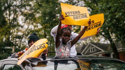 Niños de Georgia celebran la victoria de Biden