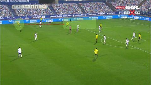 1-2 del Oviedo: 1-Mossa filtra un pase al espacio que rompe dos líneas de presión. 2-Tejera, listo para recibir, girar y centrar