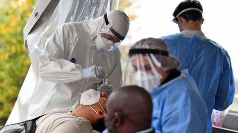 Médicos italianos toman muestras para realizar pruebas PCR