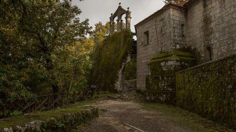 El monasterio de San Pedro de Rocas, en Esgos, cuenta con varias figuras de protección respecto al inmueble y a su entorno