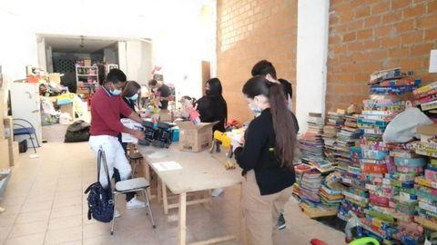 Un grupo de jóvenes participa en el acondicionamiento de los juguetes