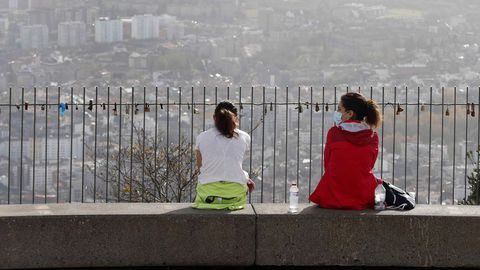 Dos mujeres este lunes en la cumbre del monte Naranco, Oviedo