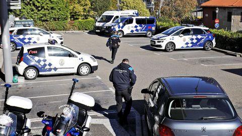 Aparcamiento exterior de la Policía Local, esta mañana, sin apenas coches al estar actualizando las ITV