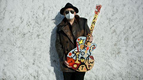 Actualmente, posando con una de sus guitarras en Cambre