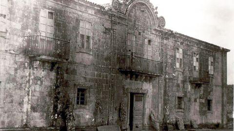 Imagen del pazo de Ximonde en 1945, con las esculturas apoyadas en su fachada. Fondo Durán Loriga. ARCHIVO MUSEO DE PONTEVEDRA