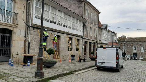 Operarios de Rede Aberta trabajan en la instalación de la fibra óptica en el casco antiguo de Chantada