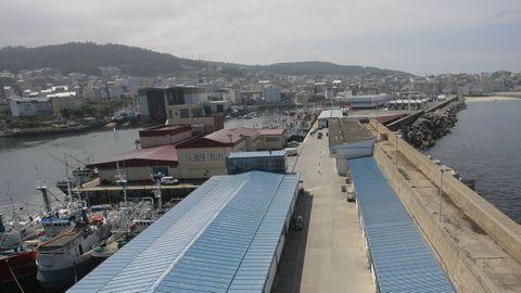 El Foro Voz se celebra en la cofradía, los edificios con techo de color marrón que en esta imagen de archivo del puerto de Burela