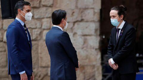 El presidente Sánchez y el primer ministro italiano, Giuseppe Conte, saludan al vicepresidente segundo Pablo Iglesias durante la cumbre bilateral celebrada este miércoles en Mallorca